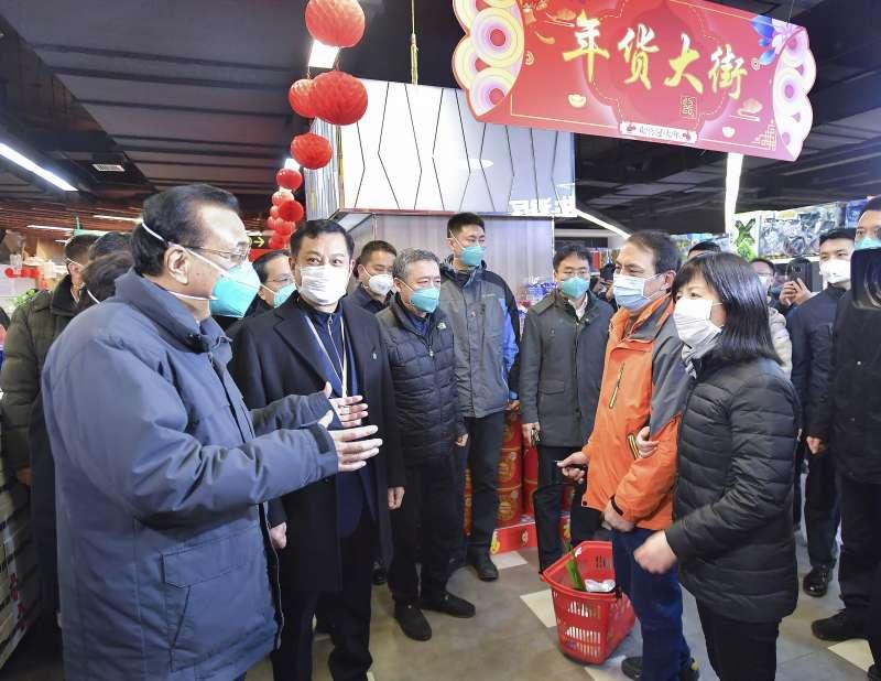 武漢肺炎。1月27日,中國國務院總理李克強在武漢與市場民眾談話。(Li Tao/Xinhua via AP)