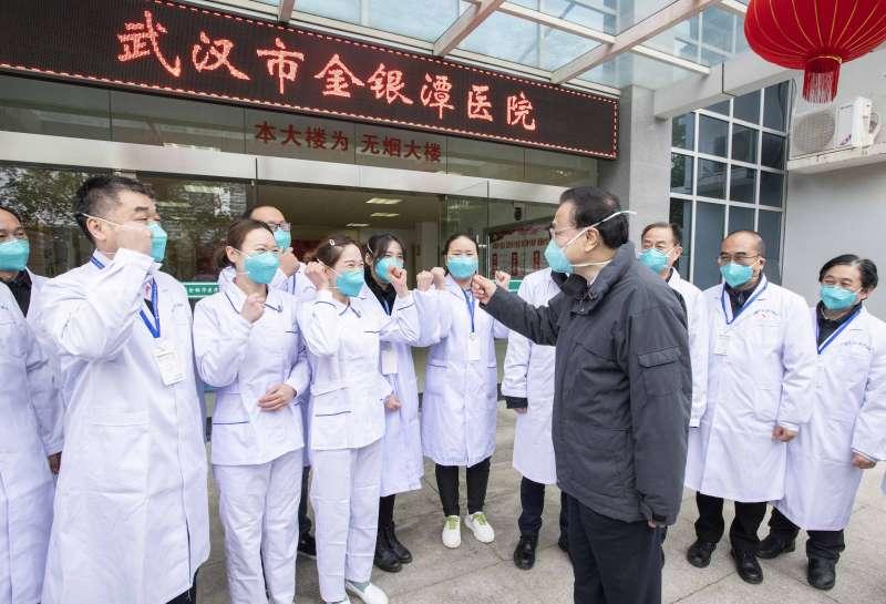 武漢肺炎。1月27日,中國國務院總理李克強在武漢向金銀潭醫院醫護人員講話。(Li Tao/Xinhua via AP)
