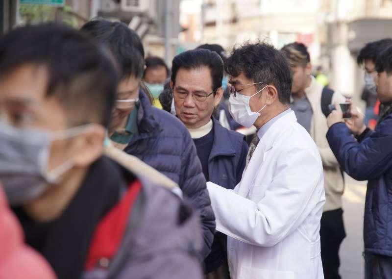 20200206-口罩實名制6日起上路,民眾至藥局購買口罩,藥師提供衛教諮詢。(盧逸峰攝)