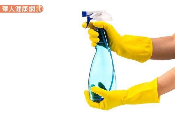 漂白水雖然殺菌、抗病毒效果最佳,但相對的漂白水刺激性也較高!民眾在稀釋、使用時一定要配戴口罩和手套並保持環境通風,防止對皮膚及呼吸道黏膜造刺激。(圖/華人健康網)
