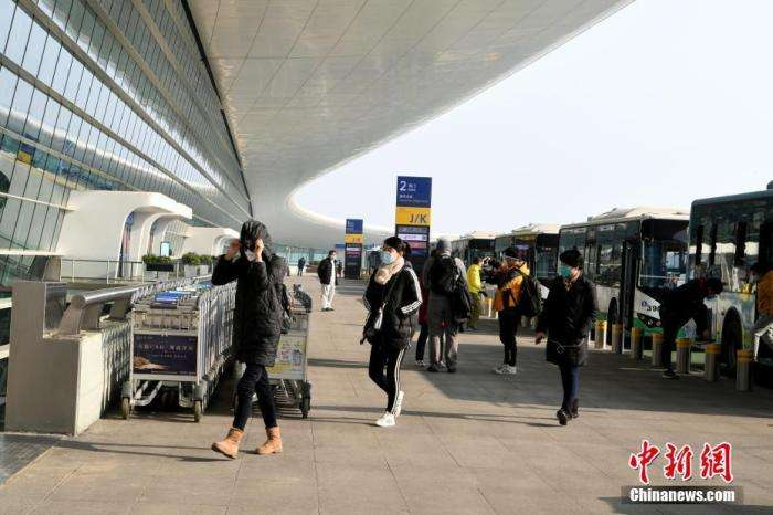 2020年2月3日,武漢肺炎疫情,首批約200名滯留武漢的台胞抵達武漢天河國際機場,準備乘坐上海航空公司的民航包機返台。(新華社)