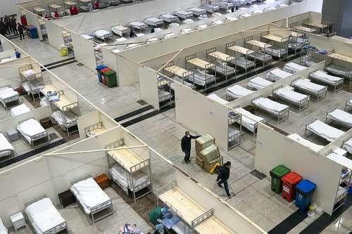 2020年2月5日,武漢肺炎疫情,江漢方艙醫院的工作人員在做收治病人前最後的的準備工作。(新華社)