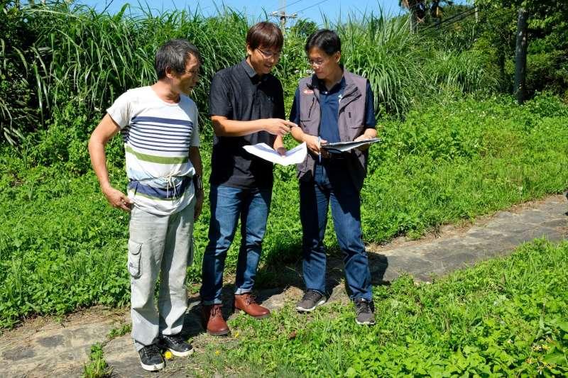 水保服務團向民眾解釋水土保持設施應如何配置。(圖/新北市農業局提供)