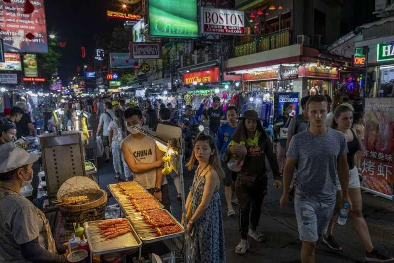 武漢肺炎疫情升高,全球各國紛紛禁止中國旅客入境,但也可能重創本國經濟。(AP)