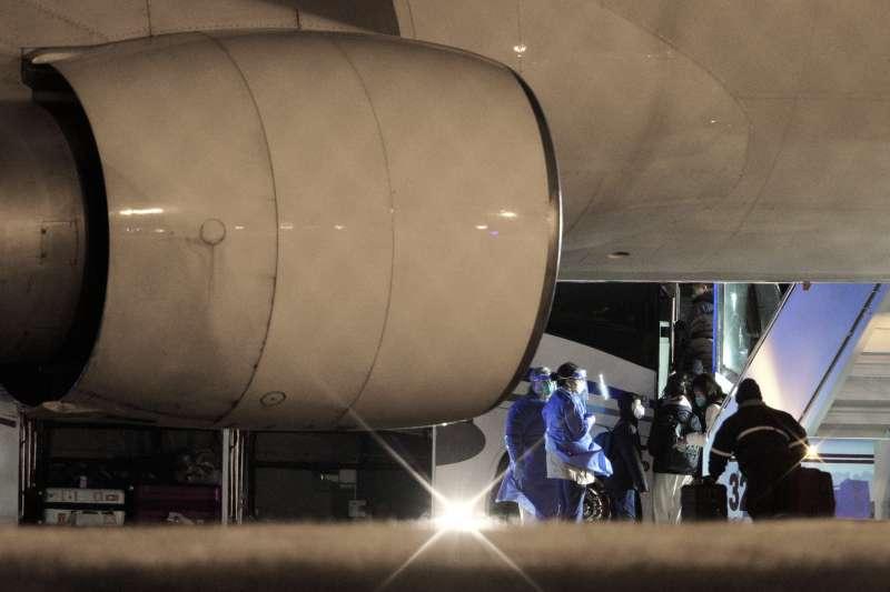 武漢肺炎疫情危機,美國第三波撤僑專機7日抵達加州與德州。(AP)