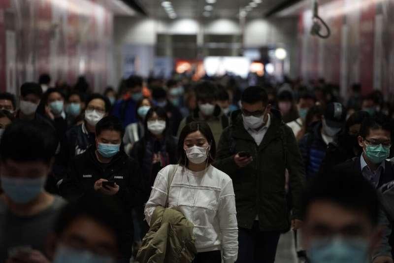 2020年2月,中國武漢肺炎疫情,香港市民紛紛戴上口罩(AP)