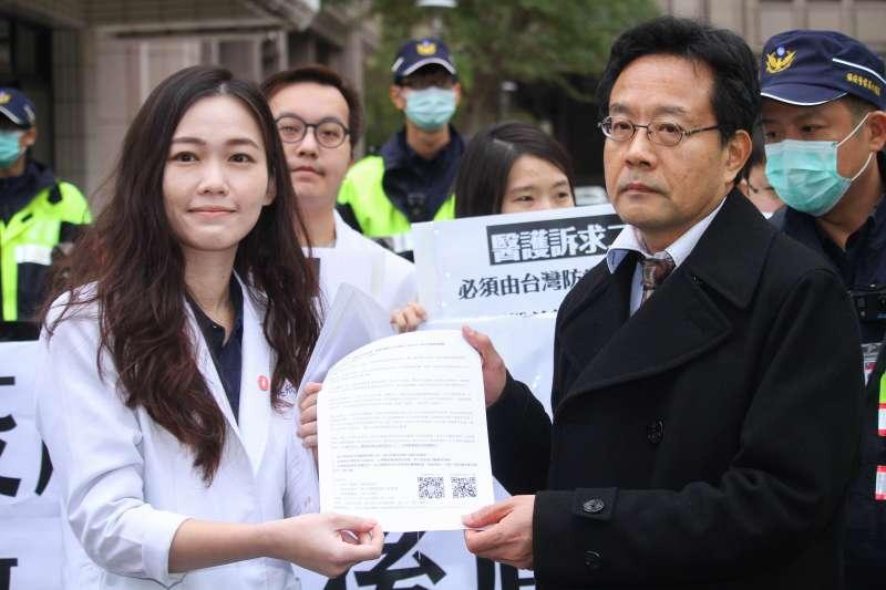 20200208-由吳欣岱醫師(左)召開「嚴守防疫底線,醫護連署做人民後盾」記者會,並遞交陳情書給陸委會代表。(蔡親傑攝)