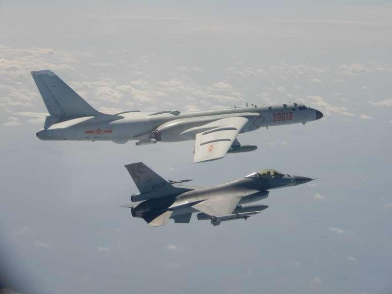 20200210-共軍多型軍機昨(9)日在我周邊空域執行遠海長航訓練,我方則由F-16戰機伴飛監控。(國防部提供)