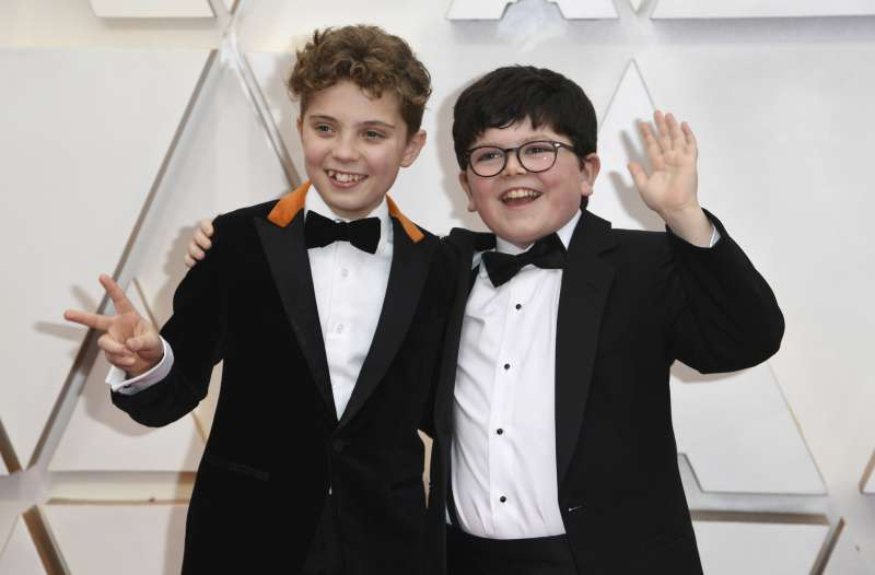 第92屆奧斯卡紅毯,《兔嘲男孩》童星戴維斯 (左,Roman Griffin Davis)與亞特斯(Archie Yates)(AP)
