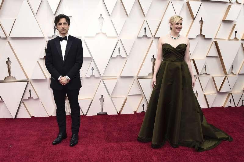 第92屆奧斯卡紅毯,導演情侶檔諾亞波拜克(Noah Baumbach,婚姻故事)與葛莉塔潔薇(Greta Gerwig,她們)(AP)
