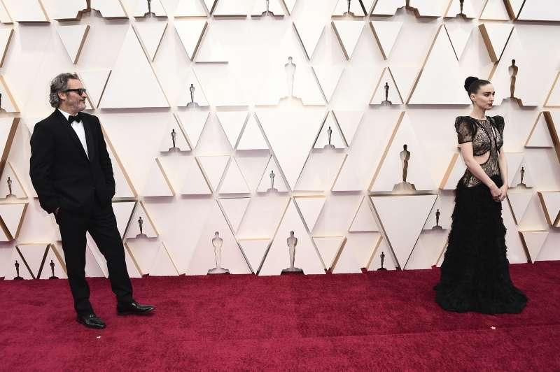 第92屆奧斯卡紅毯,影帝大熱門、《小丑》男星瓦昆菲尼克斯(Joaquin Phoenix)與未婚妻魯妮瑪拉相偕走紅毯(AP)