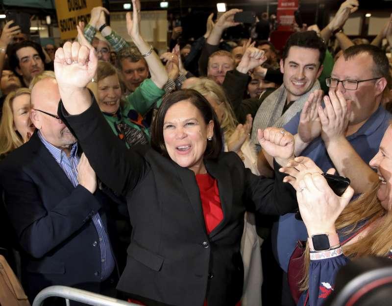 愛爾蘭2月8日舉行大選。新芬黨成為第一大黨,黨魁麥唐納與支持者一起歡呼。(AP)
