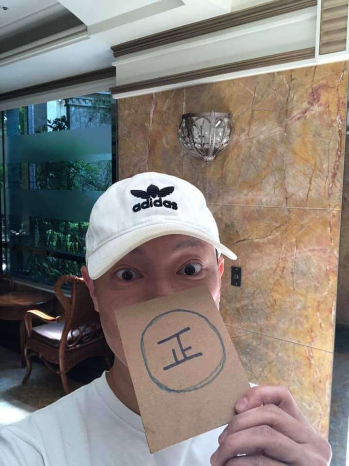 注重形象的謝祖武自拍時也俏皮遮掩鬍渣。(圖片來源:謝祖武臉書)