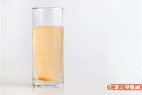 維生素C屬於水溶性維生素的一種,所以建議民眾在挑選、購買時,以發泡錠為優先。(圖/華人健康網)