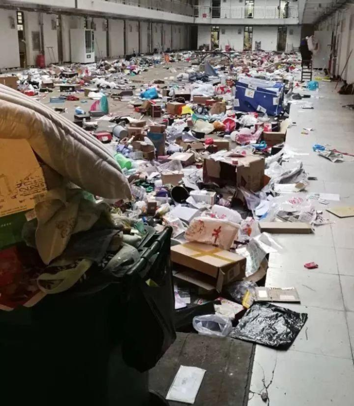 學生宿舍被徵用,私人物品卻遭工作人員丟下樓。(圖/翻攝微博)