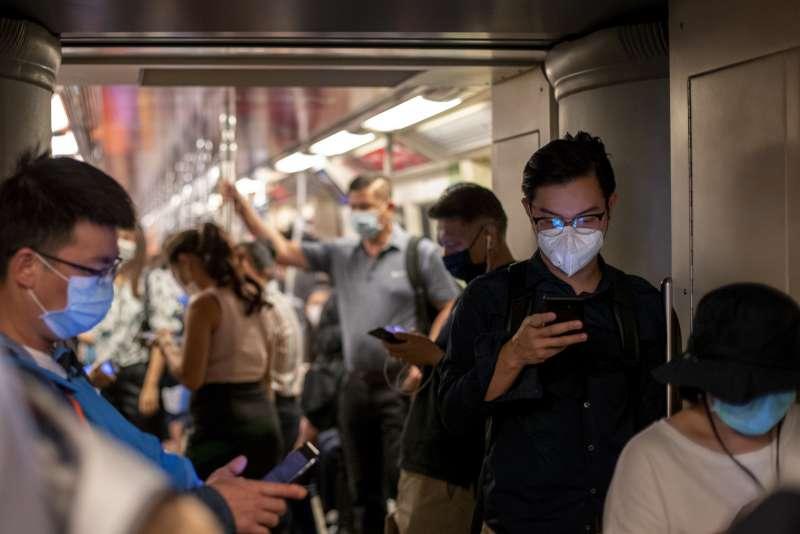 中國武漢肺炎疫情蔓延,全球人心惶惶。2月5日,泰國曼谷的通勤族大多戴著口罩自保(美聯社)
