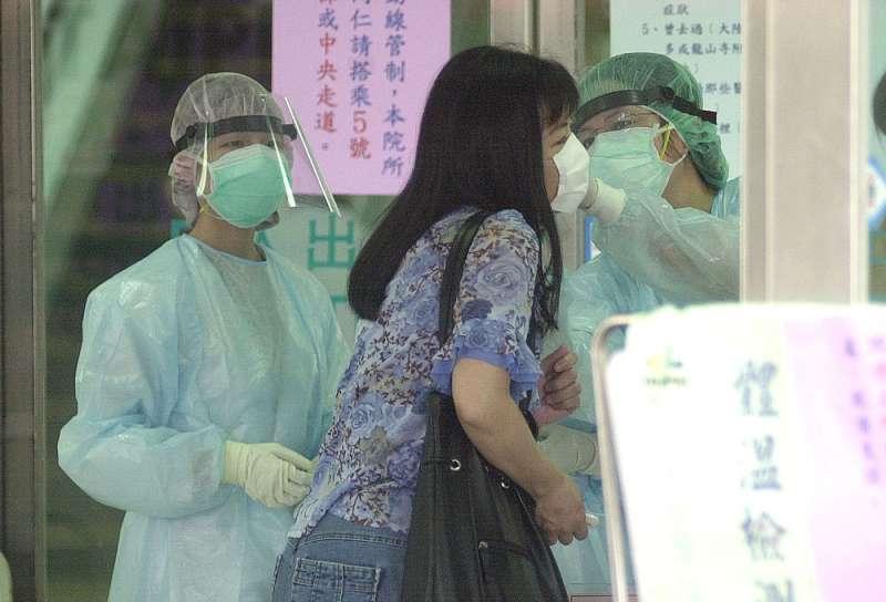 SARS病毒肆虐時,進入邊境、醫院及公共場所時,都要進行發燒篩檢。(林瑞慶攝)