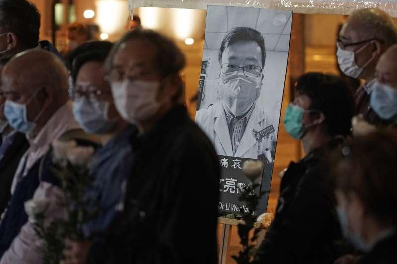 2020年2月7日,香港民眾在街頭弔念感染武漢肺炎病逝的醫師李文亮(AP)