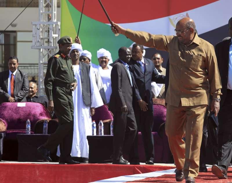 2019年8月24日,前蘇丹獨裁總統巴希爾出席自己的審判。他在當年4月遭政變下台,如今將因戰爭罪被送往國際刑事法院審判。