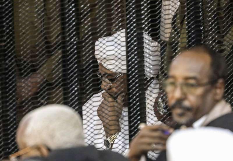 2019年8月24日,前蘇丹獨裁總統巴希爾身穿傳統長袍出席審判。他在當年4月遭政變下台,如今將因戰爭罪被送往國際刑事法院審判。