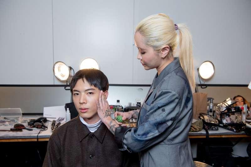 圖二、「活萃修護精華露」驚艷時裝週彩妝團隊,成為指定妝前保養品