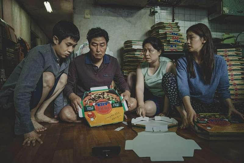 描寫貧富差距、階級問題的韓國電影《寄生上流》。(圖/IMDb)
