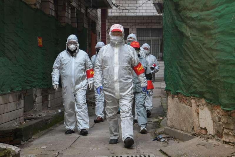 武漢肺炎疫情,2020年2月9日,武漢市江岸區花橋街道志願者在對街區進行排查。(新華社)