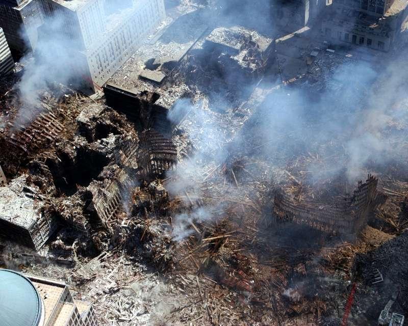 911事件中遭受恐怖攻擊的紐約世貿大樓,遭受攻擊後世貿中心成為一片廢墟。(取自維基百科)