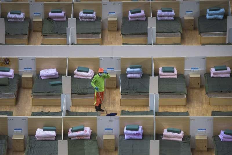 武漢肺炎。湖北武漢一間臨時醫院,員工正在清理簡陋的住院環境。(AP)
