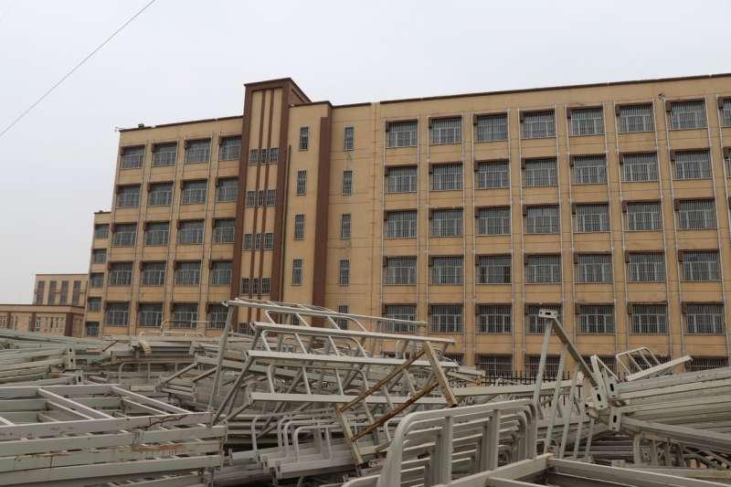喀什已關閉的再教育營後方,堆放著生鏽的雙層床架。(EVA DOU/THE WALL STREET JOURNAL)