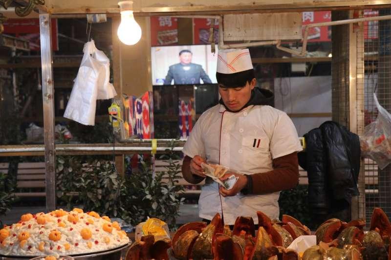 墨玉縣的夜市上,一名男子在賣烤南瓜。(EVA DOU/THE WALL STREET JOURNAL)
