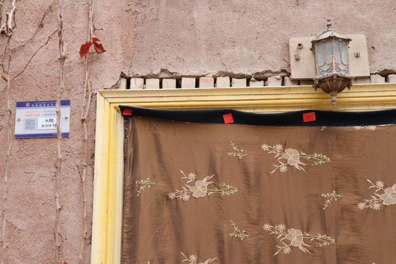 喀什一所房子外面貼著警方發的QR碼。(EVA DOU/THE WALL STREET JOURNAL)