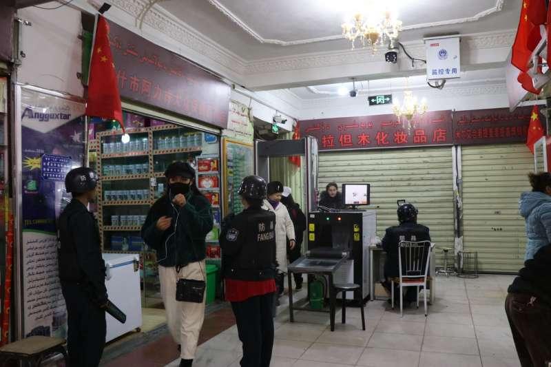 在喀什,圖中這類安全檢查依然很普遍,檢查地點多半是居民區和公共建築的入口處,而非大街上。(EVA DOU/THE WALL STREET JOURNAL)