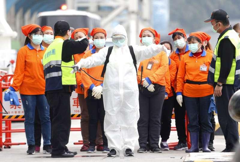 2020年2月8日,穿著防護服的台灣檢疫人員準備登上「寶瓶星號」郵輪。(美聯社)