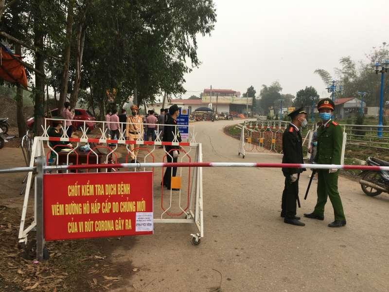 因應武漢肺炎危機,越南12日宣布封鎖永富省山雷村,該村有5例確診病例,上萬人受到隔離。(AP)