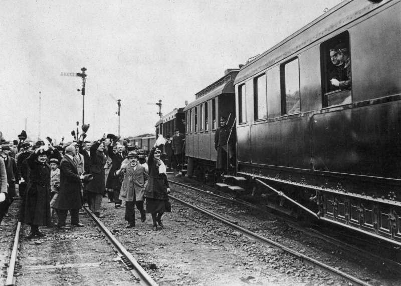 奧匈皇帝卡爾一世即將流亡瑞士時,一群民眾在火車下向他道別。(圖/Muzik)