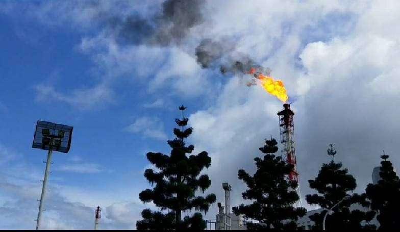 人為操作不當,導致廢氣流量過大,造成燃燒塔燃燒不完全排放黑煙,現場依違反空氣污染防制法第32條告發。(圖/徐炳文攝)