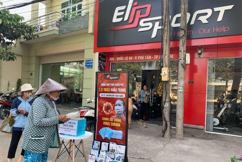越南和台灣同樣出現街頭人心惶惶搶口罩的場景,製造業第一線秩序大亂(圖片來源:Elipsport粉絲團)