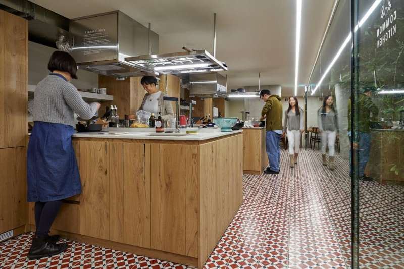 09 每位房客可自由使用廚房,一起煮飯、吃飯、聯絡感情。(圖/瘋設計)