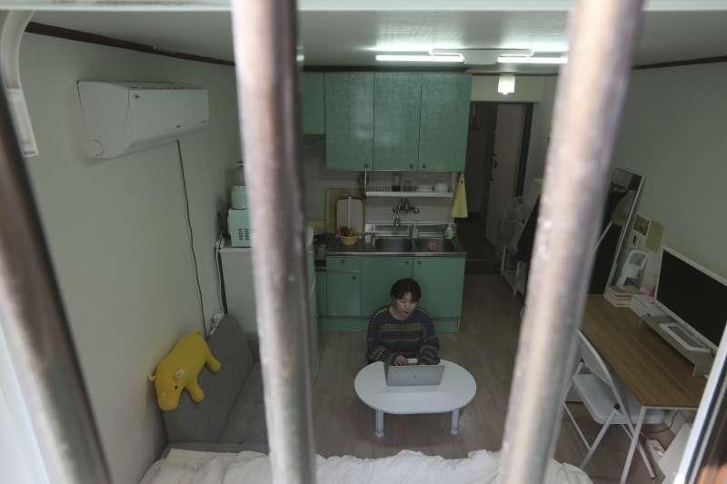 金多慧就住在和《寄生上流》的主角一家類似的「半地下房」中。(AP)