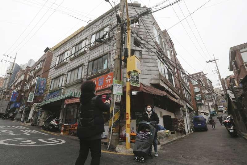 韓國的半地下房原本是為了因應南北韓衝突而建的逃生地下室,後來成為許多拮据市民的家。(AP)