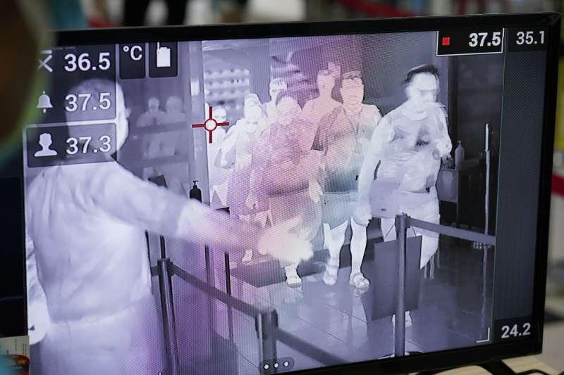 新冠肺炎爆發後,各國在機場部署防疫篩檢。(AP)