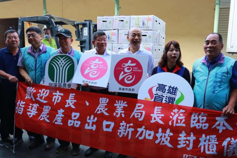 韓國瑜關心外銷果品的集貨包裝情形,並表示擔心疫情影響正常社會經濟活動。(圖/徐炳文攝)