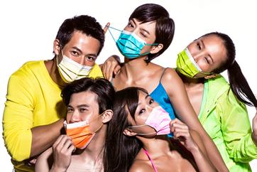 廣告上,模特兒戴著五顏六色的中衛口罩。(圖/中衛官網)