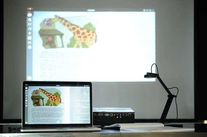 實物投影機的即時投影功能也十分強大,除了攝影鏡頭所拍攝下來的畫面有很高的像素之外,其機身體積不大,曲臂的設計使得拍攝的角度很是靈活,在需要現場示範的課程裡,時常大放異彩。(取自愛比科技網站)