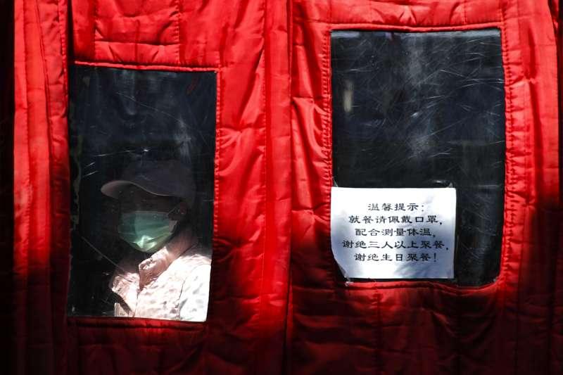 北京市前門大街,餐廳門口張貼著防疫訊息。新冠肺炎、武漢肺炎。(AP)