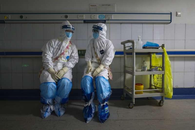 中國湖北省武漢市,身著全套保護裝束的防疫醫護人員。新冠肺炎、武漢肺炎。(AP)