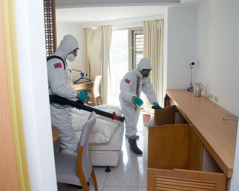 20200219-陸軍33化學兵群針對台商隔離住所實施消毒。(軍聞社提供)