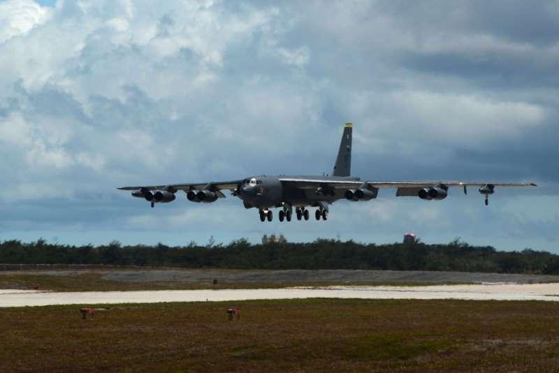 為反制中國軍事動作,美軍B-52戰略轟炸機同步於台海實施攻擊航線操演。(翻攝自美國國防部網站)