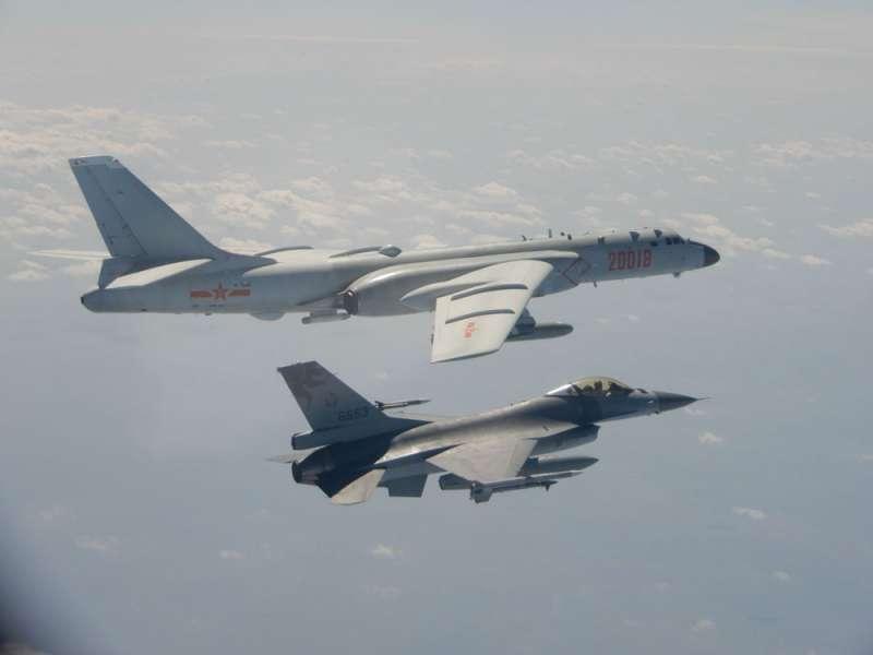 解放軍派出轟6K轟炸機(後)繞台挑釁,國軍緊急出動F-16戰機(前)伴飛監控。(國防部提供)